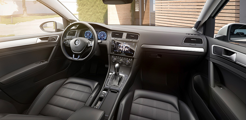 Blick ins Cockpit: Kein großer Luxus, dafür sachlich-elegant.