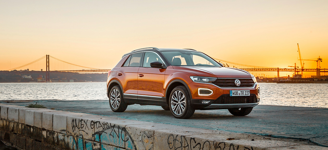 VW T-Roc, Halbseitenansicht von vorn, stehend, orange