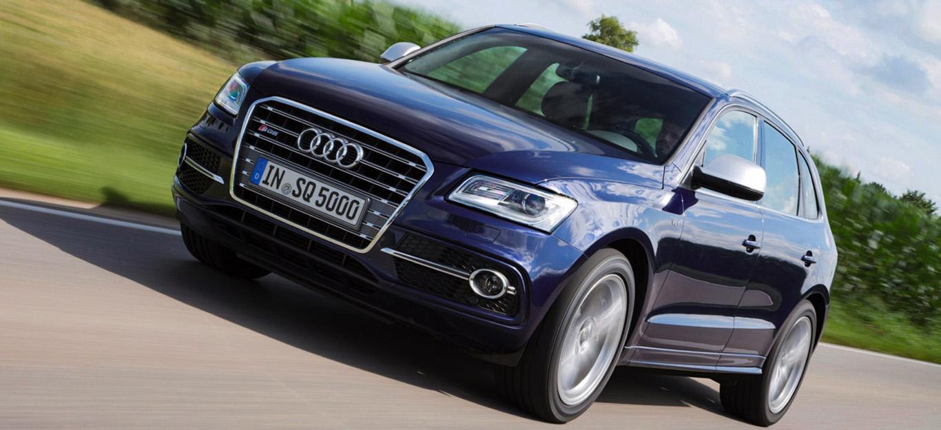 Halbseitenansicht eines blauen Audi Q5