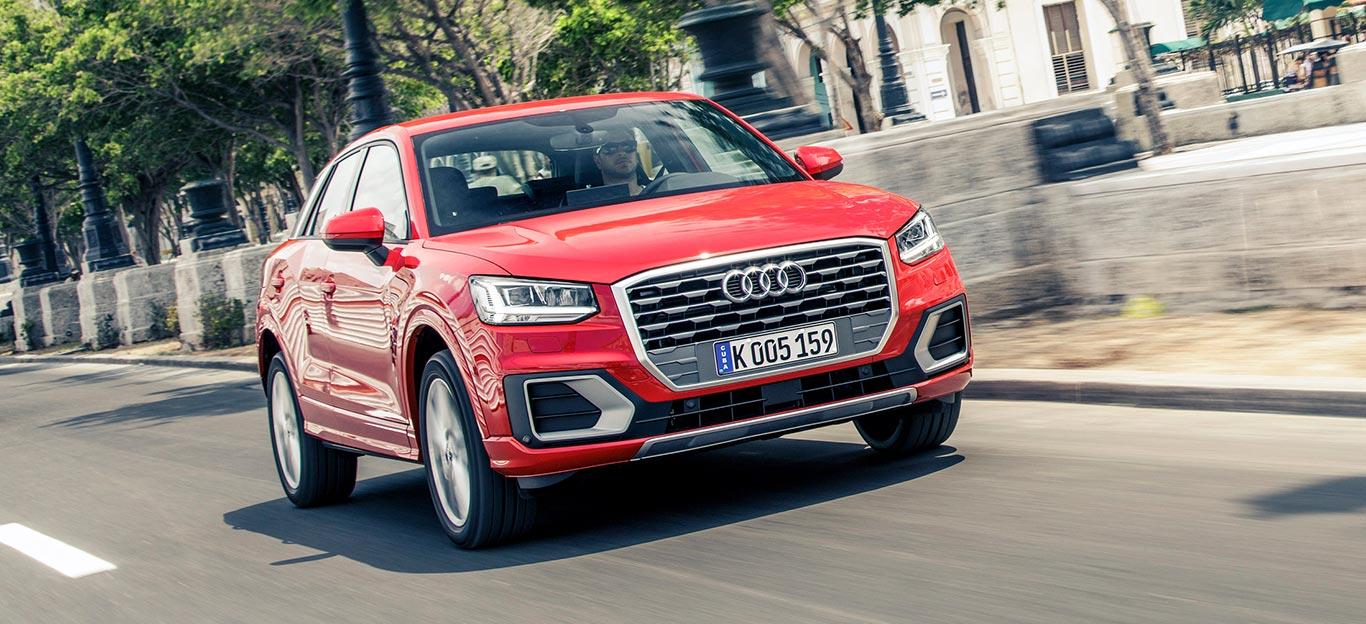 Audi Q2 Halbseitenansicht von vorn, fahrend, rot
