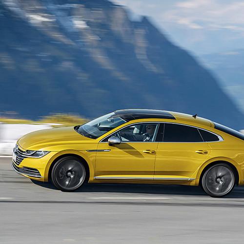 VW Arteon, Seitenansicht, fahrend, kurkumagelb