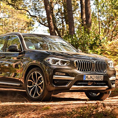 BMW X3, Halbseitenansicht von vorn, fahrend, grau