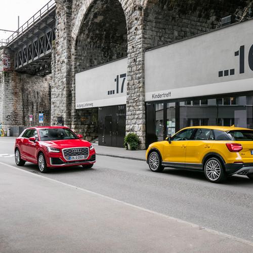 Zwei Audi Q2 Modelle.