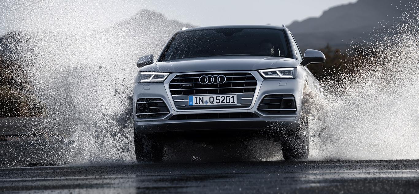 """Audi Q5, Frontansicht, """"springend"""" in einem Gewässer, silbergrau"""