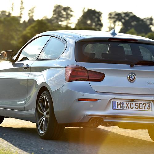 BMW 1er, Halbseitenansicht von hinten, stehend, hellgrau