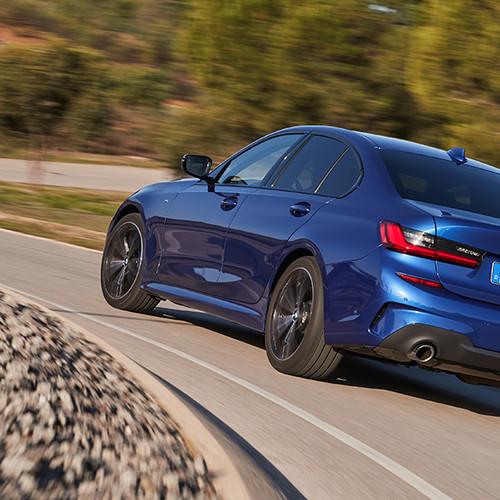 BMW 3er, Halbseitenansicht von hinten, fahrend, blau