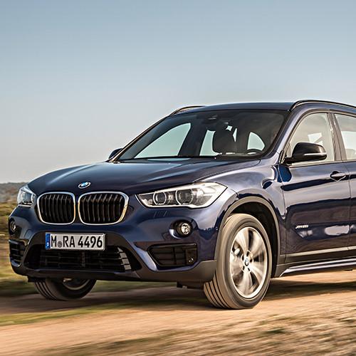 BMW X1, Halbseitenansicht von vorn, fahrend, blau