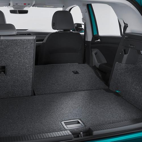 Der Kofferraum eines VW T-Cross 2019 mit einer halb umgeklappten Sitzbank.-