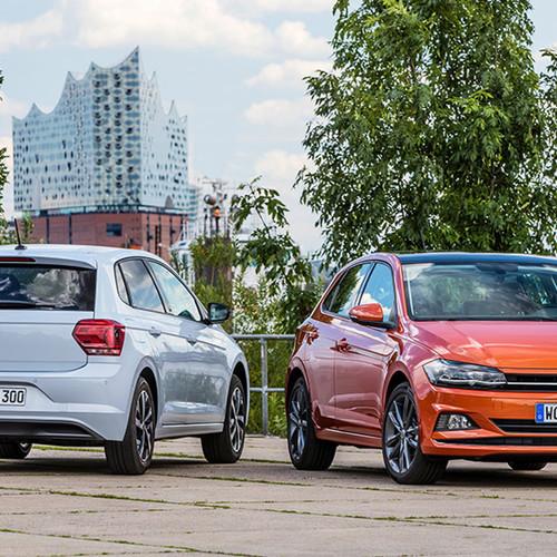 VW Polos, Halbseitenansicht von vorn und hinten, stehend, weiß und orange
