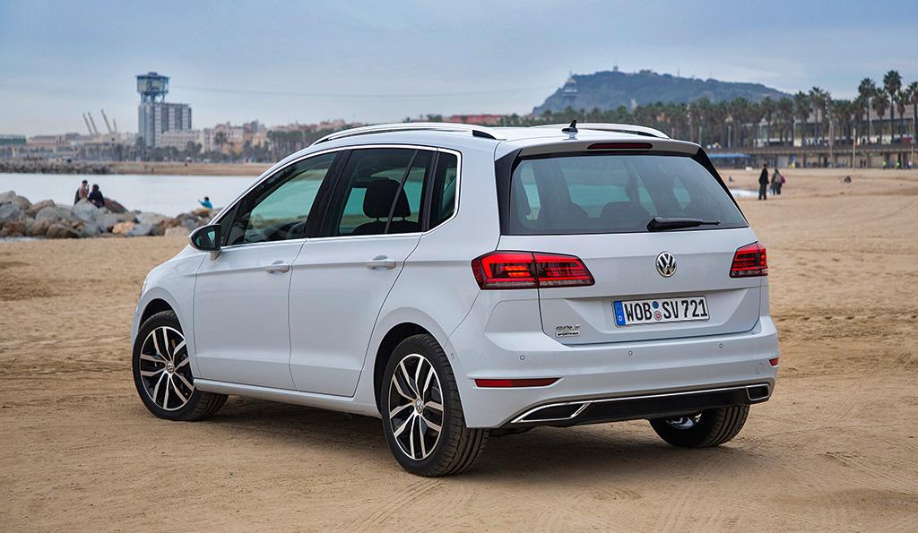 Mit seinen 4,35 x 1,80 x 1,61 Metern und einem Kofferraumvolumen von 590 Litern ist der Volkswagen Golf Sportsvan mitunter als ideales Familienauto gedacht. Bieder will er trotzdem nicht sein.
