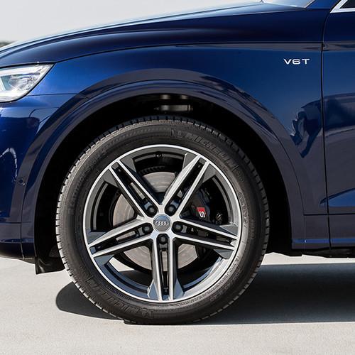Audi SQ5, Nahaufnahme Vorderreifen, blauer Lack