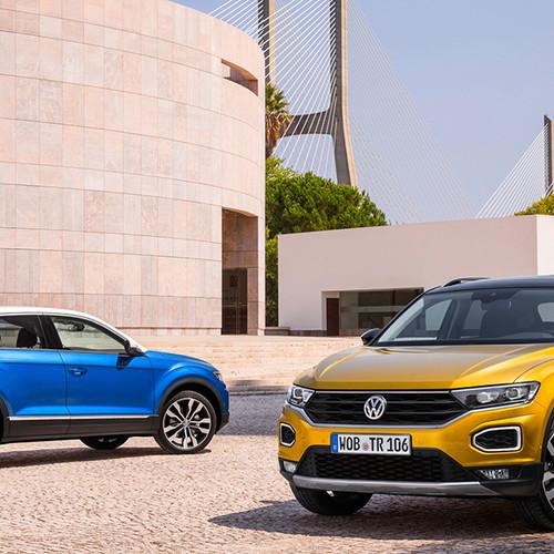 VW T-Roc, 2 Modelle, Halbseitenansicht von vorn und hinten, stehend, goldgelb und blau
