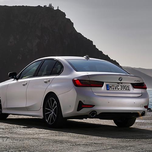 BMW 3er, Halbseitenansicht von hinten, stehend, weiß
