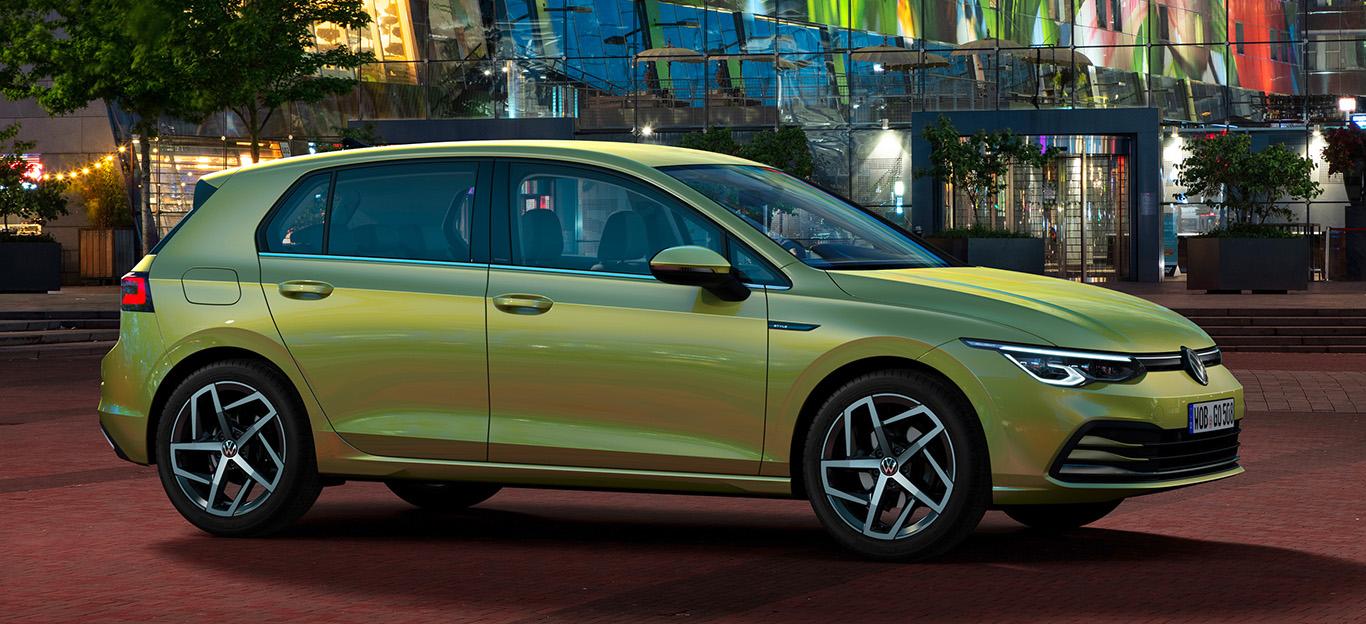 VW Golf 8, Halbseitenansicht von vorne, stehend, gelb