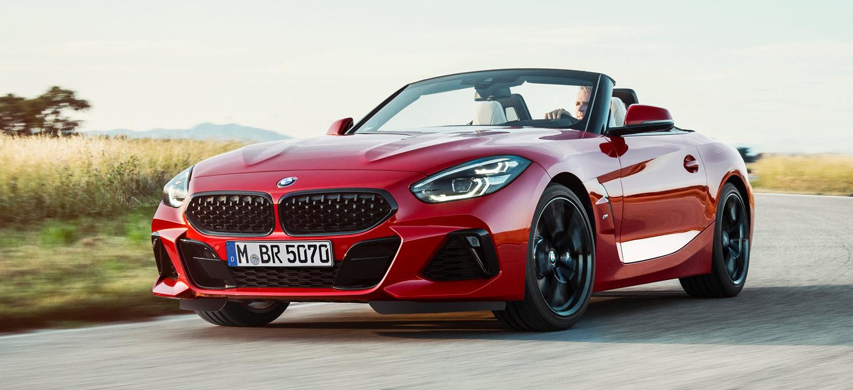 BMW Z4, Halbseitenansicht von vorne, fahrend, rot