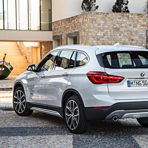 BMW X1, Halbseitenansicht von hinten, stehend, weiß