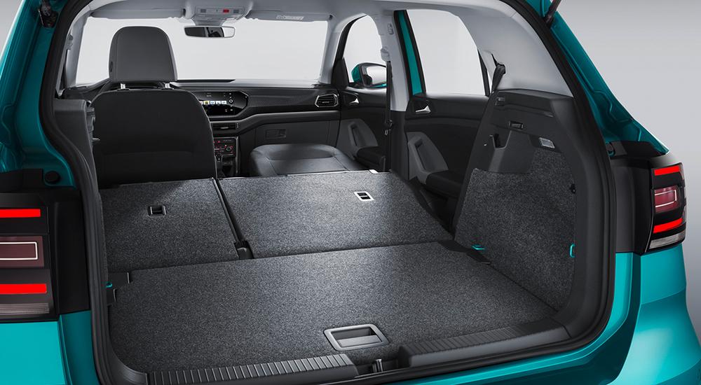 Der T-Cross ist raumtechnisch auf maximale Variabilität angelegt. Beim Umklappen aller Rückbank-Elemente und des Vordersitzes entsteht bis zu 1.281 Liter Gesamtladevolumen. Das sind über 150 Liter mehr als beim VW Polo.