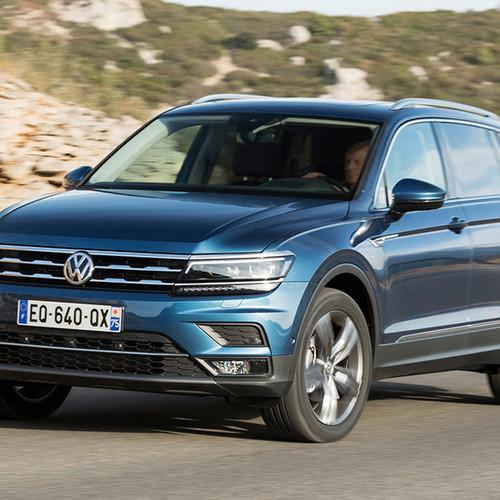 VW Tiguan Allspace, Halbseitenansicht von vorn, fahrend, blau