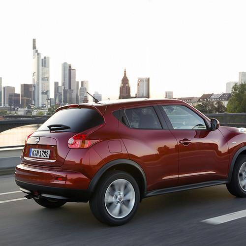 Hintere Halbseitenansicht des Nissan Juke, rot