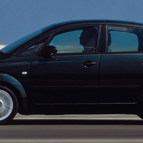 Ein schwarzer Audi A2 bei der Fahrt
