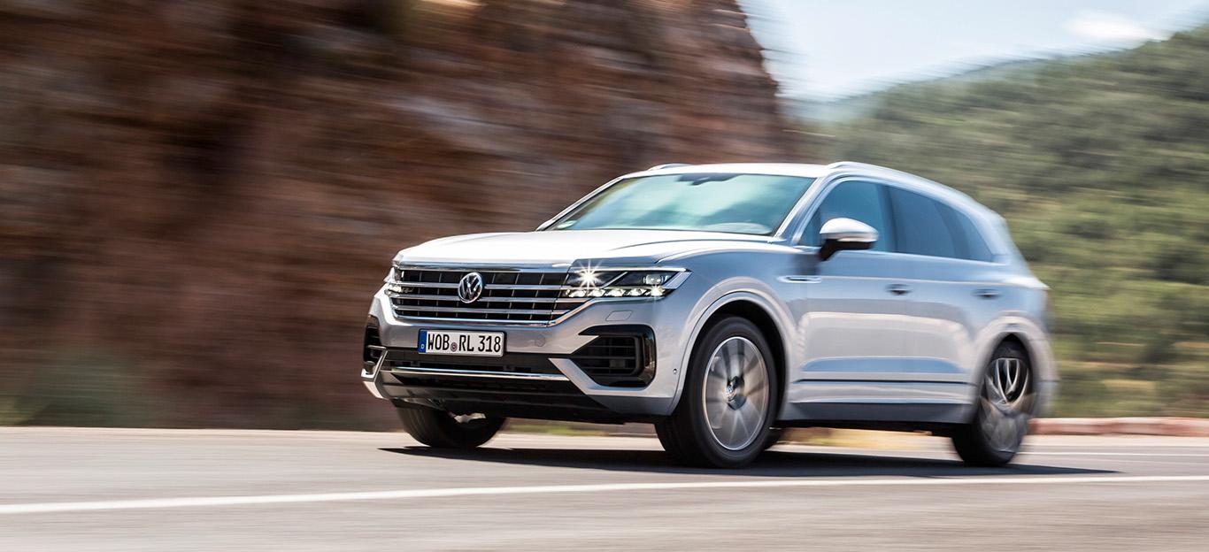 VW Touareg, Halbseitenansicht von vorn, fahrend, silber