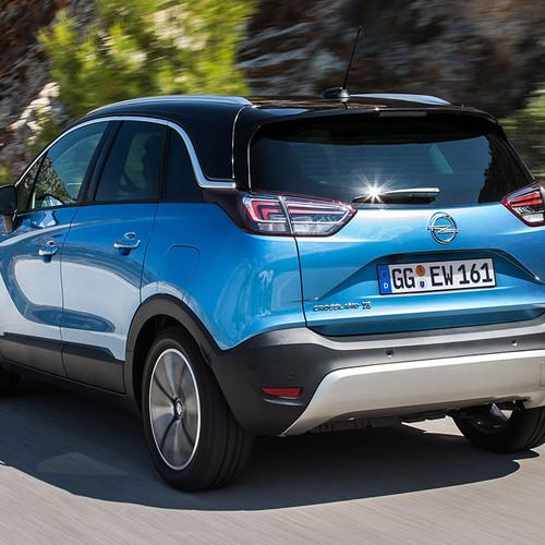 Opel Crossland X in blau, Fahraufnahme Heck