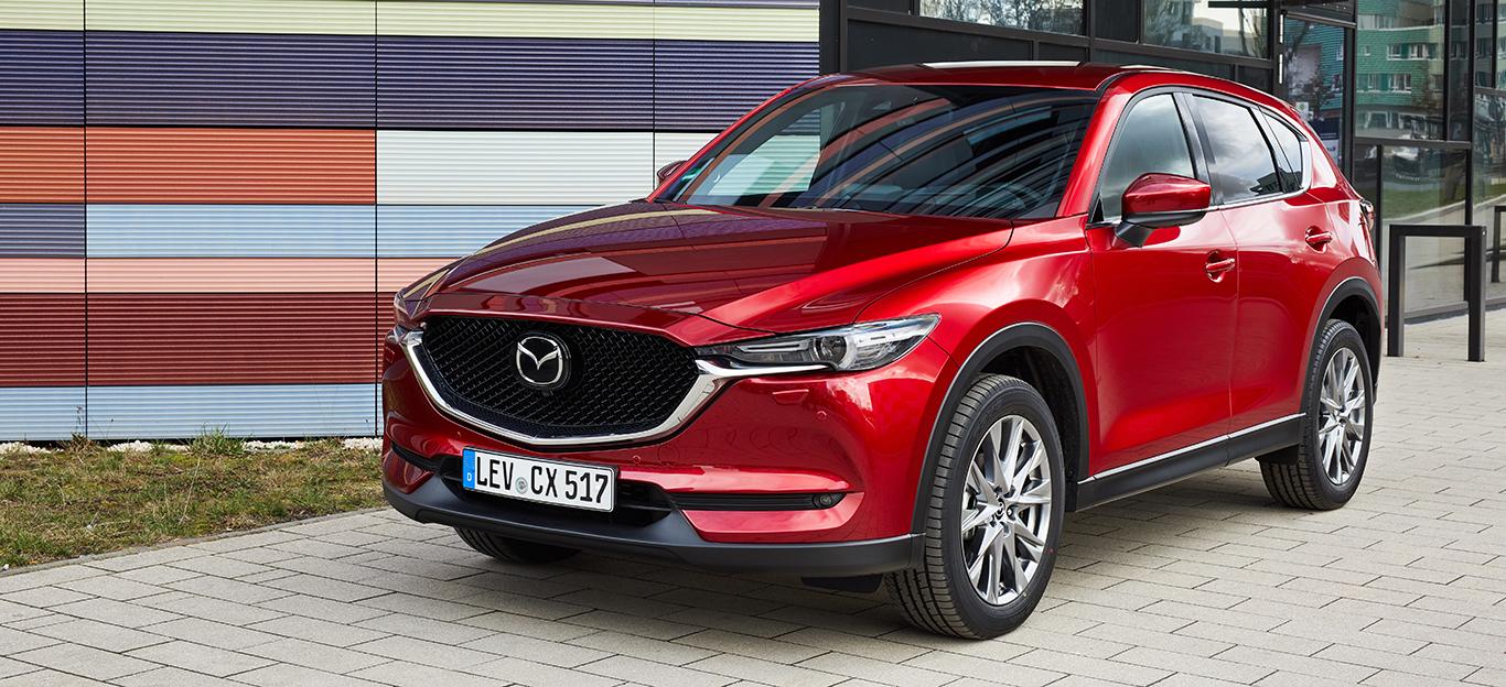 Mazda CX-5, Halbseitenansicht von vorne, stehend, rot