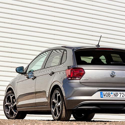 VW Polo, Halbseitenansicht von hinten, stehend, grau