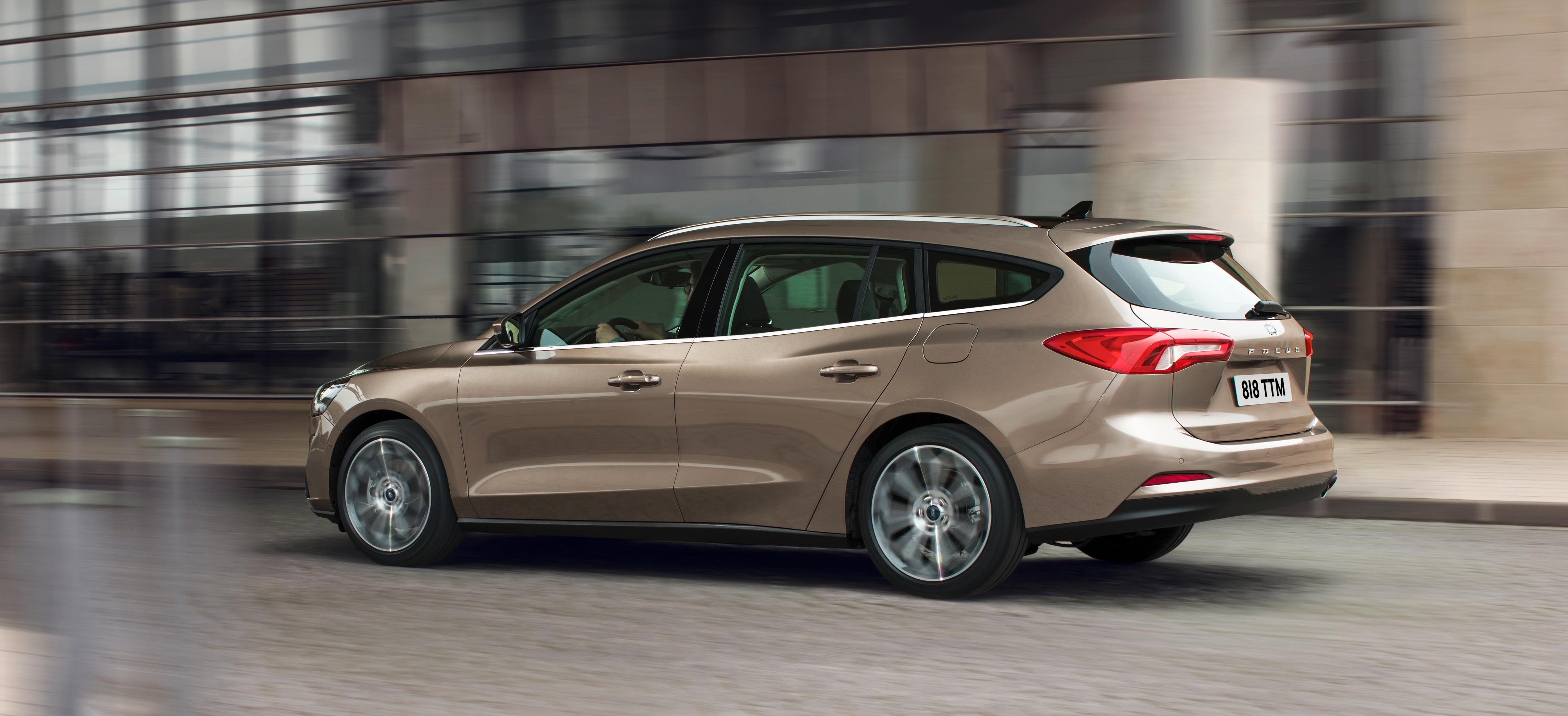 Ford Focus Turnier, Halbseitenansicht von hinten, fahrend, pyrit-grau