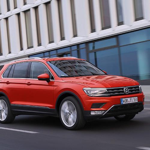 VW Tiguan, Halbseitenansicht von vorn, fahrend, orange