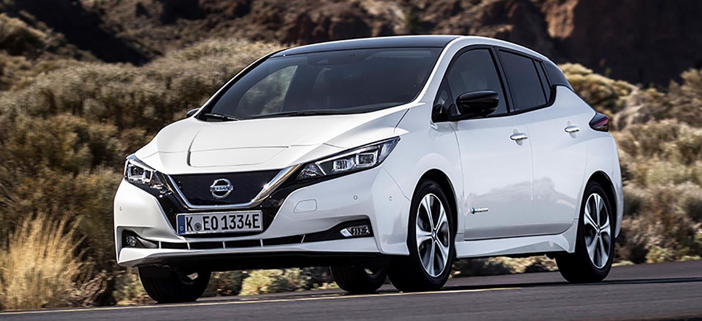 Nissan Leaf 2018, Halbseitenansicht von vorne, stehend, weiß