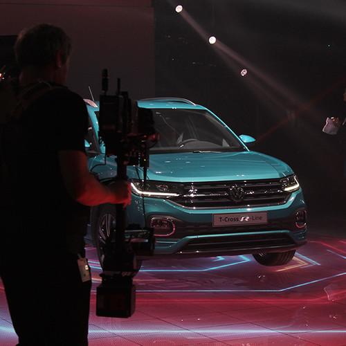 Ein türkiser VW T-Cross mit Pressevertretern