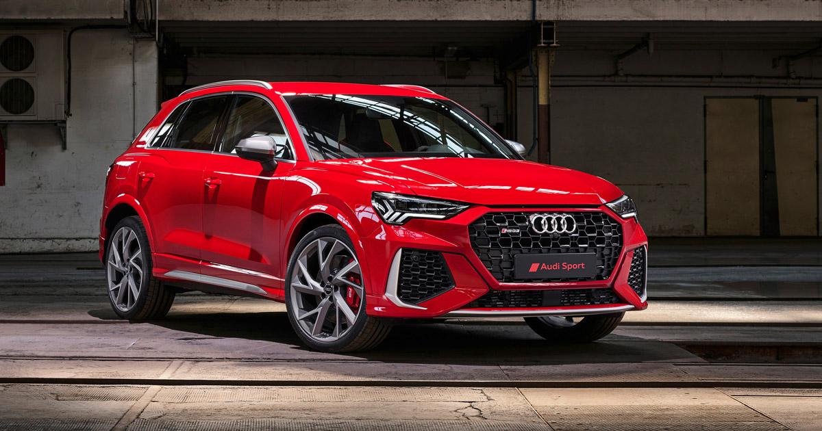 Audi RS Q3, Halbseitenansicht von vorne, stehend, rot