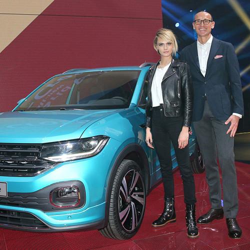 VW T-Cross, Prämieren-Show, Ralf Brandstätter und Cara Delevingne vor dem neuen T-Cross (blau)