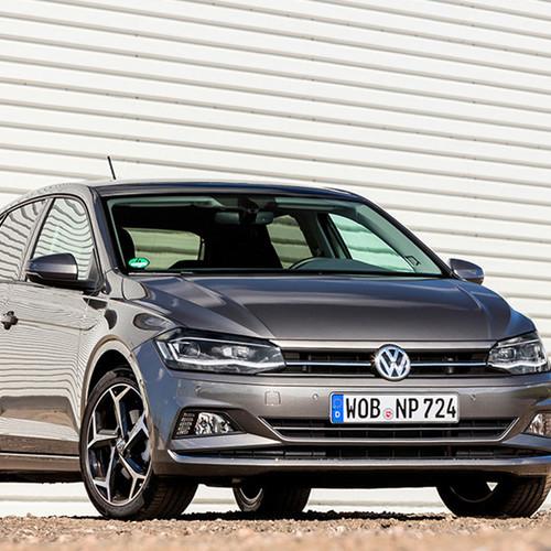 VW Polo, Halbseitenansicht von vorn, stehend, grau