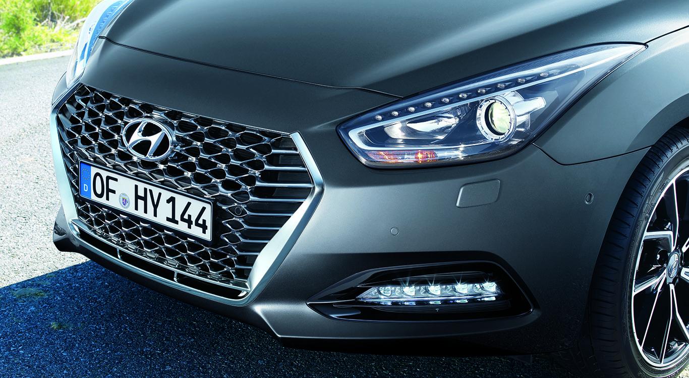Foto: Wabengitter statt horizontale Streben: die neue Frontpartie des Hyundai i40 für das Modelljahr 2019.