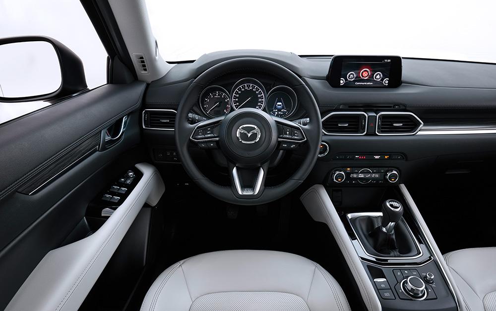 """Im Cockpit des Mazda CX-5. Der attraktive weiße Leder-Look ist aber ausschließlich der Variante """"Sports Line"""" vorbehalten."""