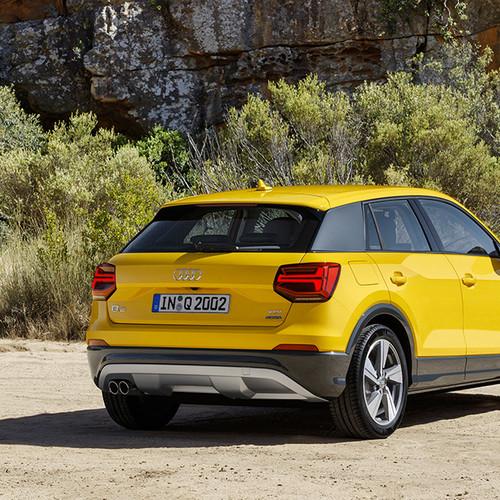 Audi Q2 Design, Halbseitenansicht von hinten, stehend, gelb