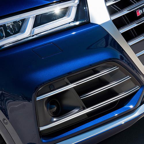 Audi SQ5, Nahaufnahme untere Lufteinlässe, blauer Lack