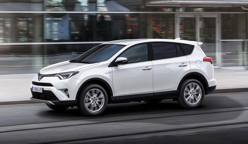 Toyota RAV4, Halbseitenansicht von vorn, fahrend, weiß