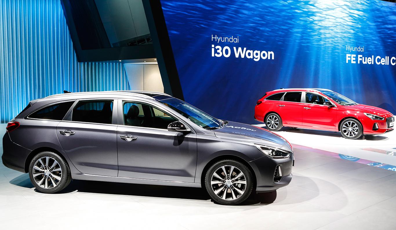 Zwei Hyundai i30 auf einer Ausstellung