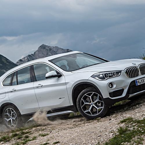 BMW X1, Halbseitenansicht von vorn, eine Steigung fahrend, weiß