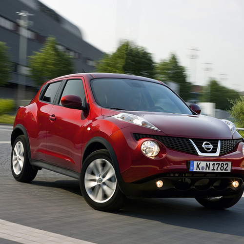 Halbseitenansicht des Nissan Juke, rot