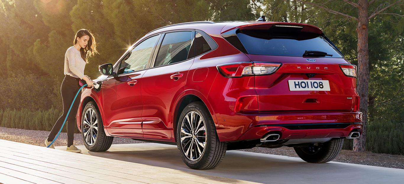 Neuer Ford Kuga 2020, rot, Heckansicht, mit Frau