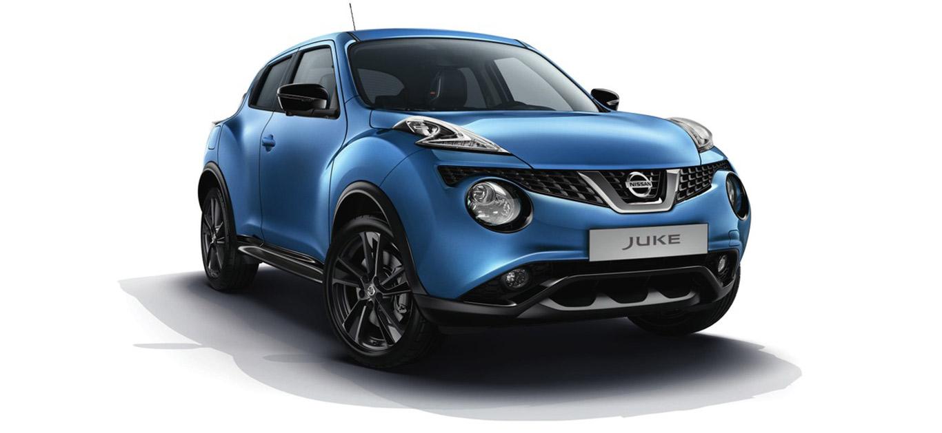Ein blauer Nissan Juke, Halbseitenansicht von vorne, stehend