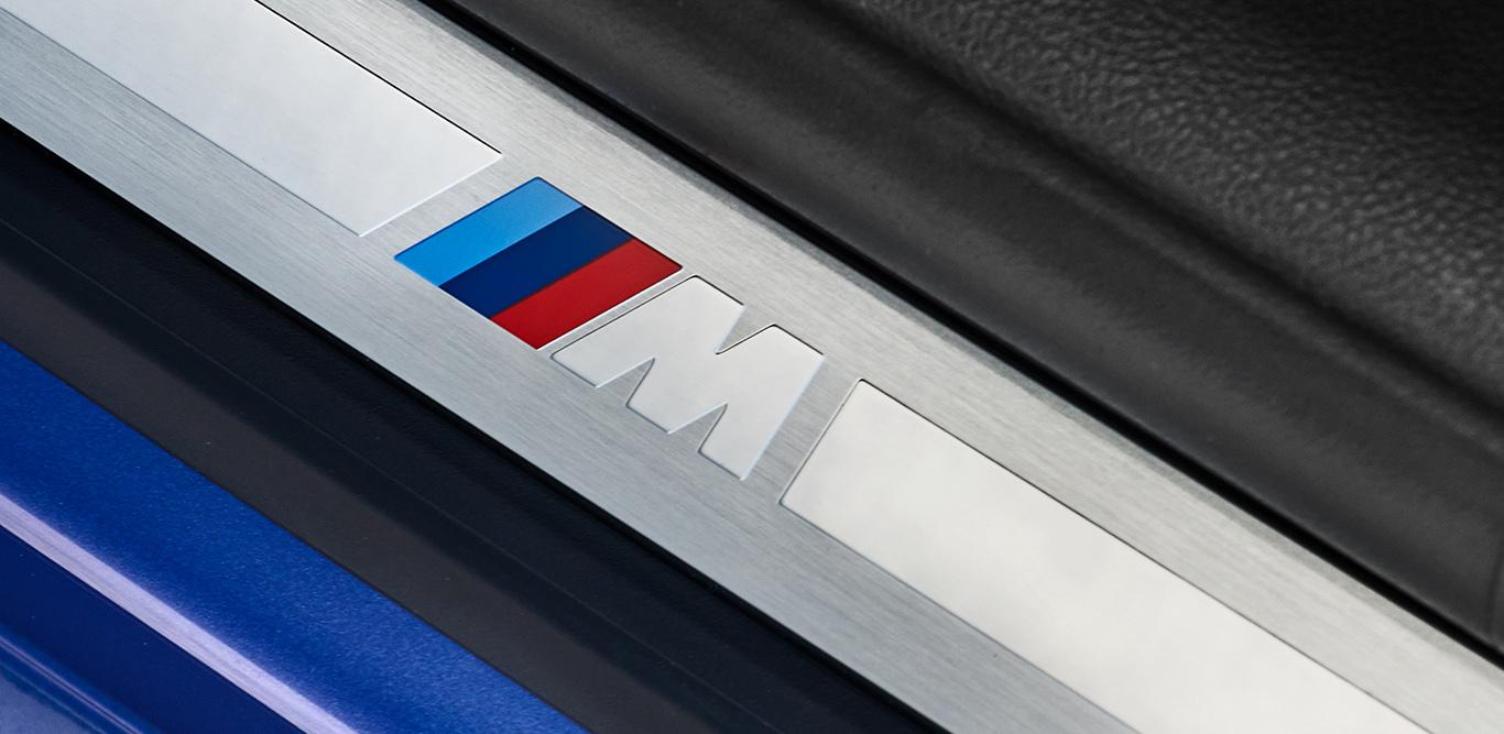 """Foto: Beim 3er """"M-Sport"""" allgegenwärtig, lässt das Logo keinen Zweifel: Man hat es hier mit einem dezidierten Sportwagen zu tun."""