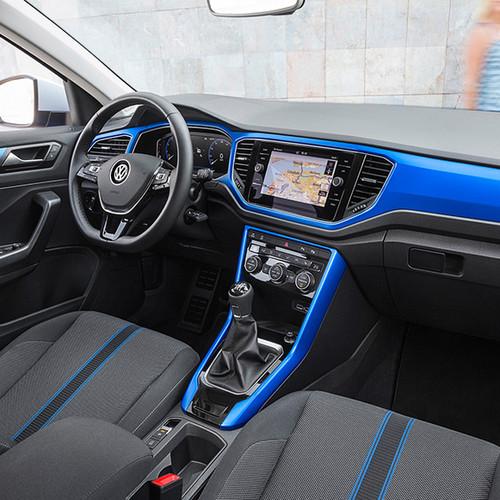 VW T-Roc, seitliche Innenansicht, Cockpit in blau