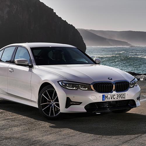 BMW 3er, Halbseitenansicht von vorne, stehend, weiß