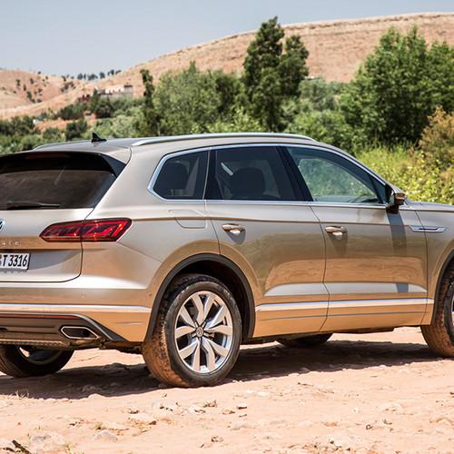 VW Touareg, Halbseitenansicht von hinten, stehend, hellbraun