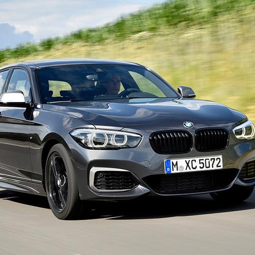 BMW 1er, Halbseitenansicht von vorn, fahrend, dunkelgrau